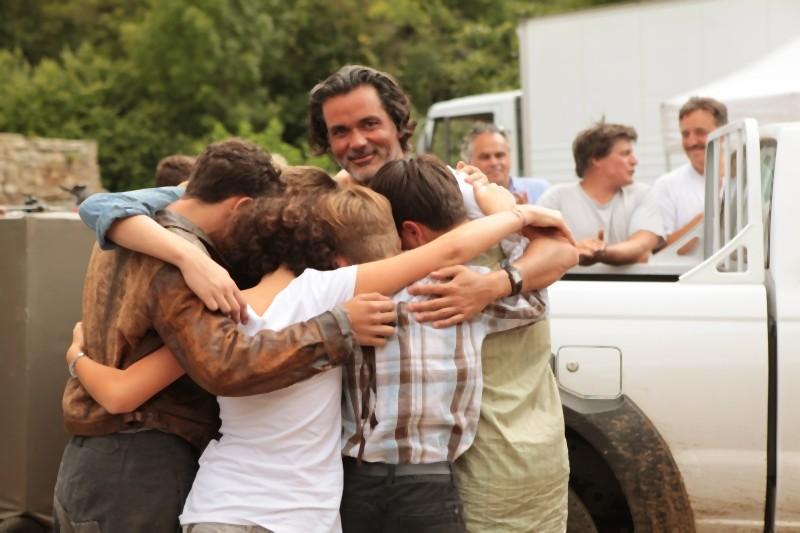 La nouvelle guerre des boutons: i giovanissimi del cast in una foto ricordo col regista