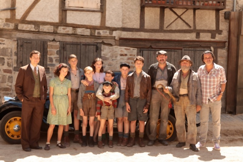 La nouvelle guerre des boutons: il cast del film sul set in una foto ricordo col regista