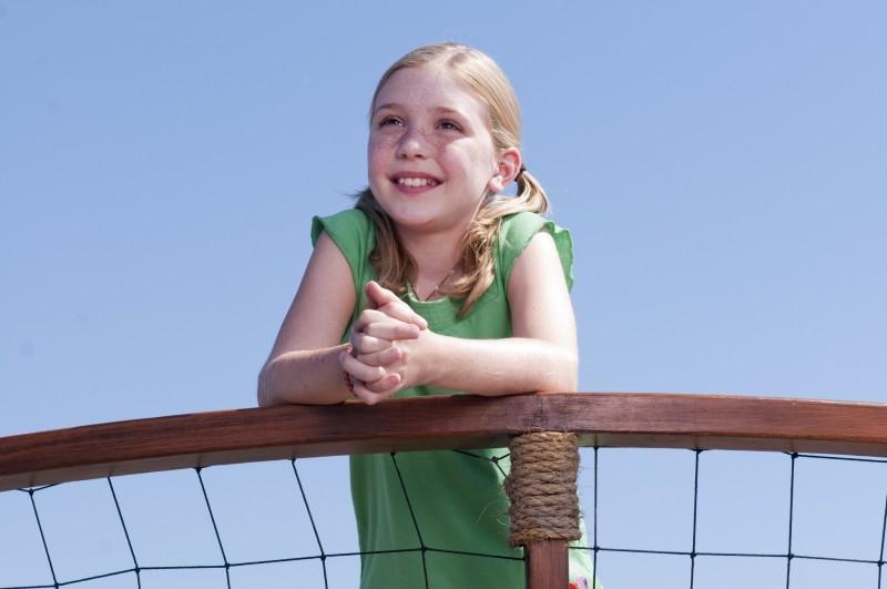 La piccola Cozi Zuehlsdorff in un'immagine tratta dal film L'incredibile storia di Winter il delfino