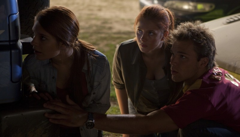 Lincoln Lewis, Caitlin Stasey e Rachel Hurd-Wood in una scena del film The Tomorrow Series: il domani che verrà