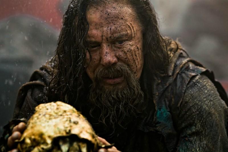 Mickey Rourke nei panni di Iperione in una scena del film epico Immortals 3D
