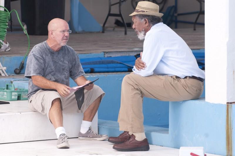 Morgan Freeman sul set de L'incredibile storia di Winter il delfino insieme al regista Charles Martin Smith