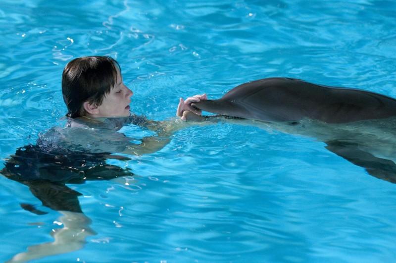 Nathan Gamble in acqua con Winter in una scena del film L'incredibile storia di Winter il delfino
