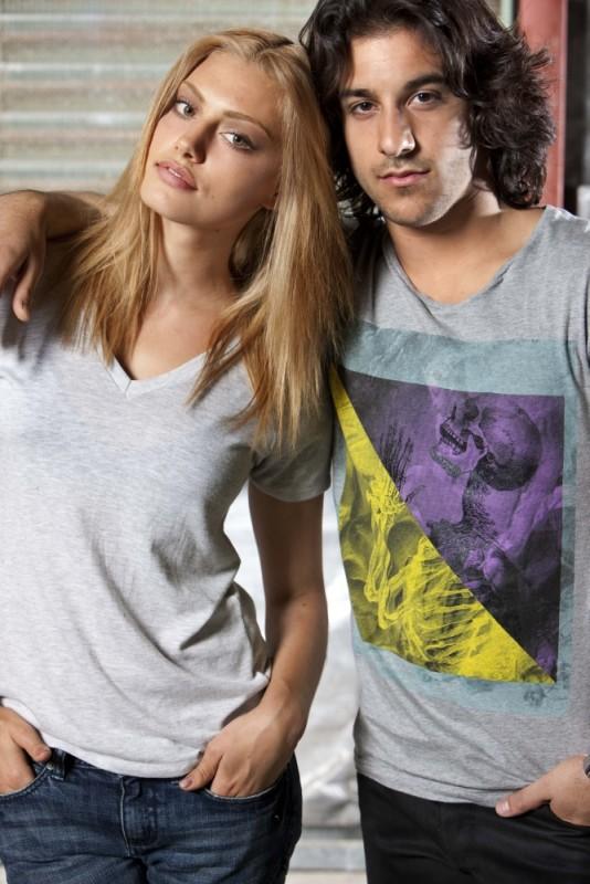 Phoebe Tonkin e Deniz Akdeniz posano in una foto di The Tomorrow Series: il domani che verrà
