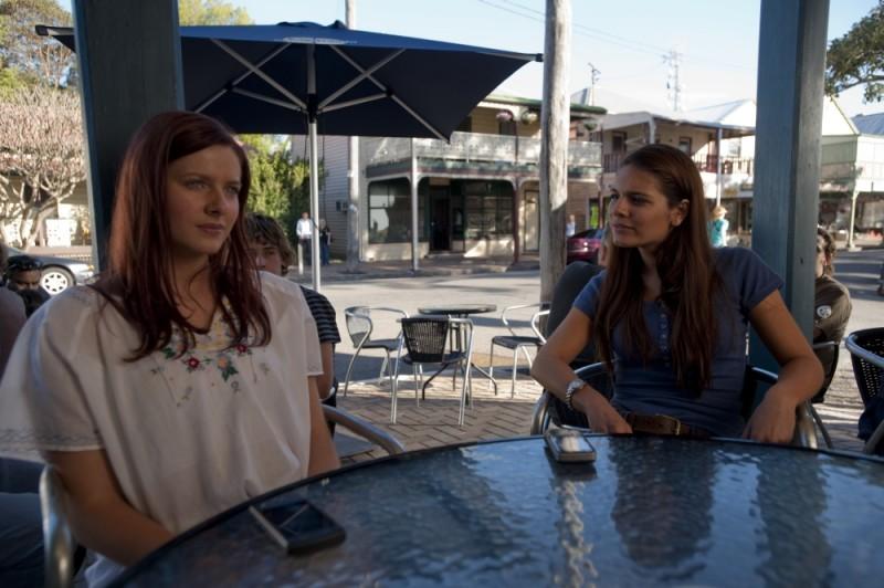 Rachel Hurd-Wood in una scena di The Tomorrow Series: il domani che verrà insieme a Caitlin Stasey