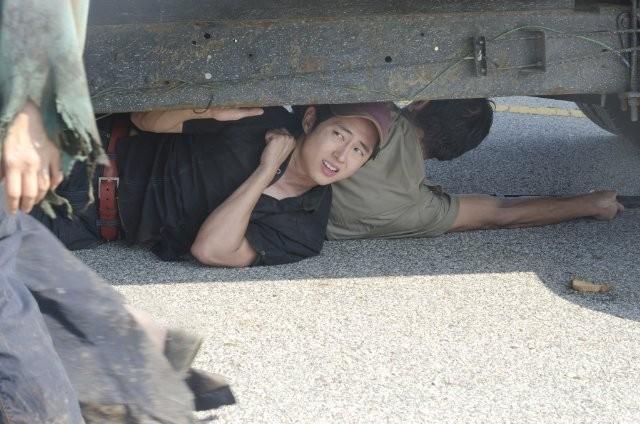 Steven Yeun in una scena aell'episodio La strada da percorrere, della seconda stagione di The Walking Dead