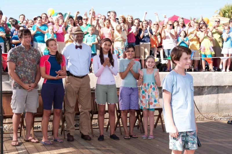 Una bella scena di gruppo tratta dal film L'incredibile storia di Winter il delfino