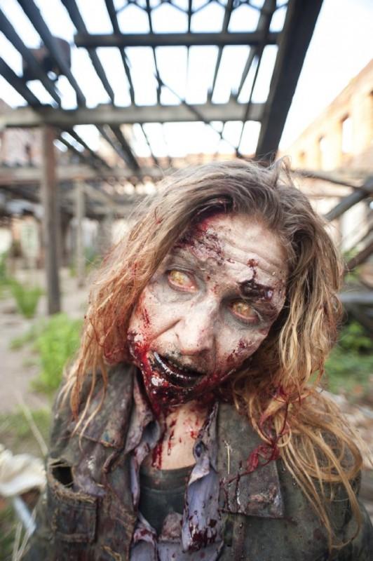 Una spaventosa creatura ne La strada da percorrere, primo episodio della seconda stagione di The Walking Dead