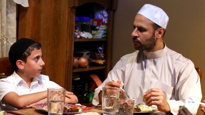 David: Muatasem Mishal e Maz Jobrani sono David e Ahmal in una scena del film