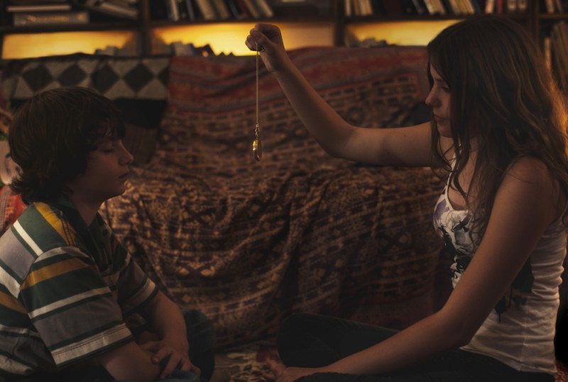 Gabriel del Castillo Mullally insieme a Emily Henry in una scena del film drammatico Amy George