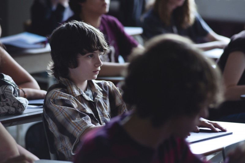 Gabriel del Castillo Mullally nei panni di Jesse tra i banchi di scuola in un'immagine del film Amy George