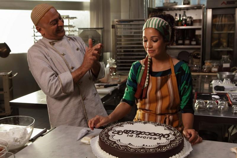 Hassani Shapi applaude Nabiha Akkari in una scena della commedia Lezioni di cioccolato 2