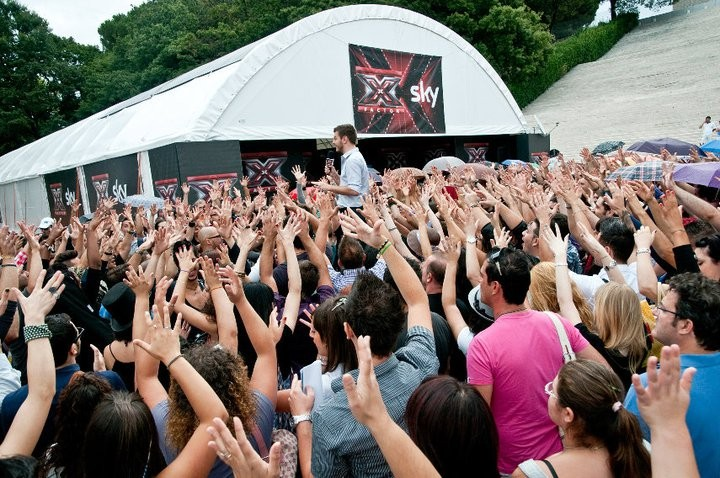 Il presentatore Alessandro Cattelan intrattiene la folla di aspiranti popstar per il casting romano di X Factor
