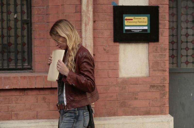 La brindille, Christa Theret passeggia preoccupata in una scena del film
