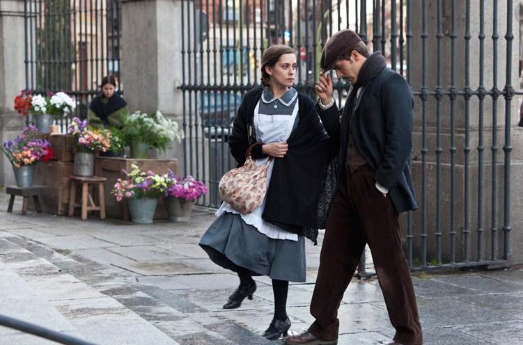 La voz dormida: Maria Leon e Marc Plotet in una sequenza del film