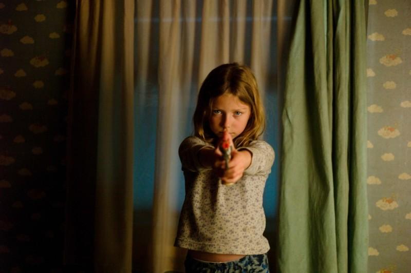 Little Glory: Isabella Blake-Thomas in una scena del film impugna una pistola giocattolo