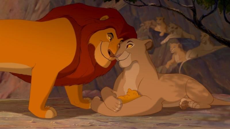 Mufasa, Simba e Sarabi in una dolcissima immagine del film Il re leone 3D