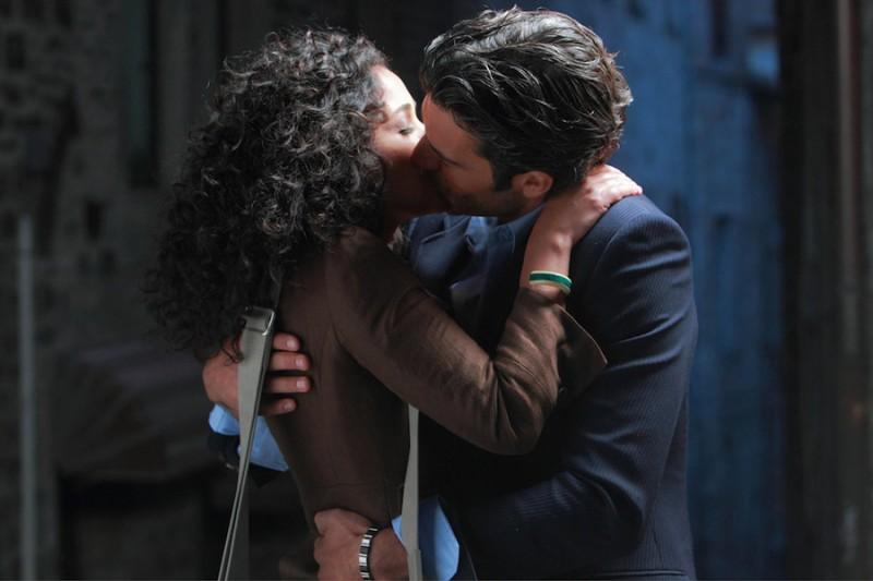 Nabiha Akkari bacia appassionatamente Luca Argentero in una scena di Lezioni di cioccolato 2