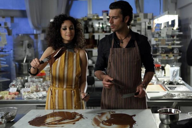 Nabiha Akkari e Luca Argentero alle prese con del cioccolato liquido in una scena di Lezioni di cioccolato 2