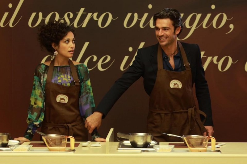 Nabiha Akkari e Luca Argentero in cucina in un'immagine tratta dalla commedia Lezioni di cioccolato 2