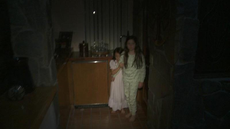 Paranormal Activity 3: le due sorelline protagoniste in una scena del film