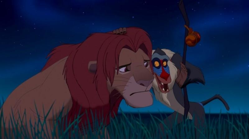 Rafiki fa una confidenza a Simba in una scena notturna de Il re leone 3D