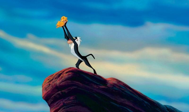 Rafiki innalza il piccolo Simba in una scena del film Il re leone 3D