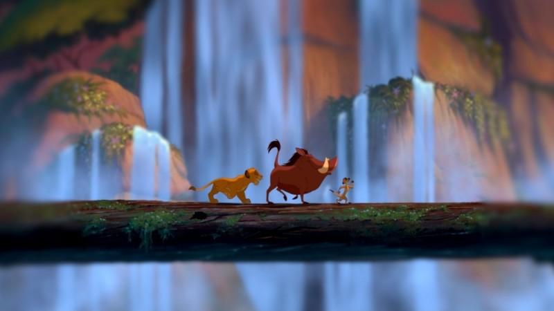 Simba, Pumbaa e Timon danzano liberamente davanti alla cascata in una scena de Il re leone 3D