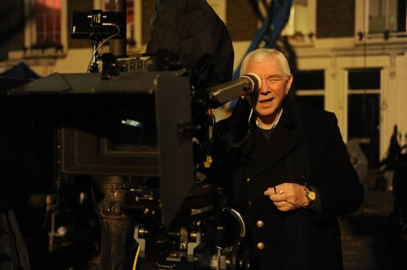 Terence Davies, regista di The deep blue sea in una foto sul set del film