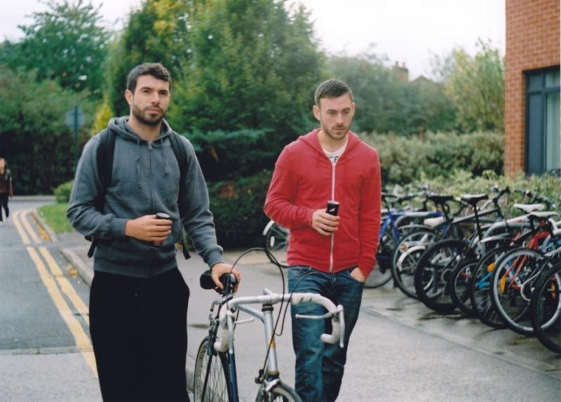 Tom Cullen e Chris New passeggiano rilassati in una scena del film Weekend