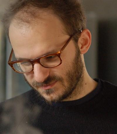 Un primo piano del regista Michele Rho sul set del film Cavalli