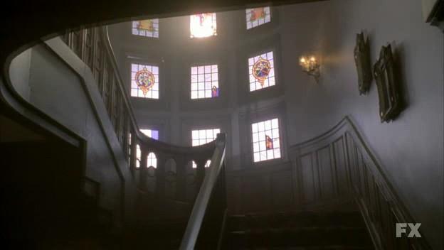 American Horror Story (ep. Murder House, prima stagione) l'interno della casa in un flashback del passato
