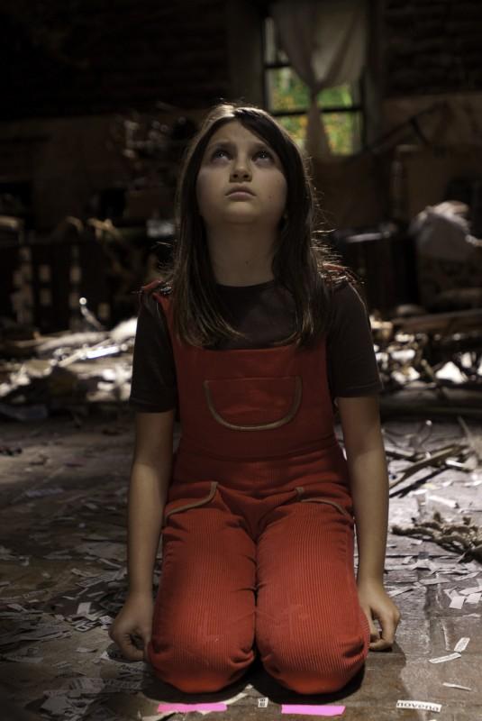 En el nombre de la hija, Eva Mayu Mecham Benavides si inginocchia in una scena del film