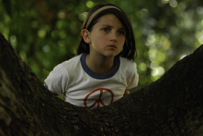 En el nombre de la hija, Eva Mayu Mecham Benavides sul grande albero in una scena del film