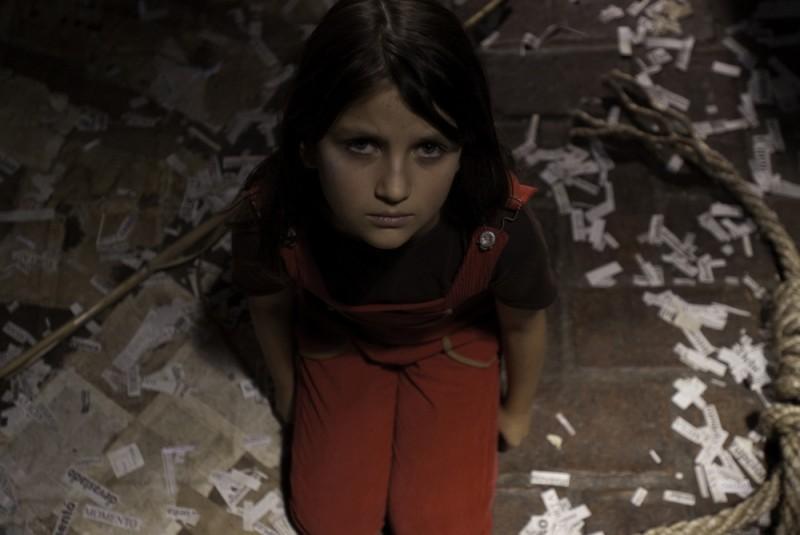 En el nombre de la hija, Eva Mayu Mecham Benavides in ginocchio in un'immagine del film