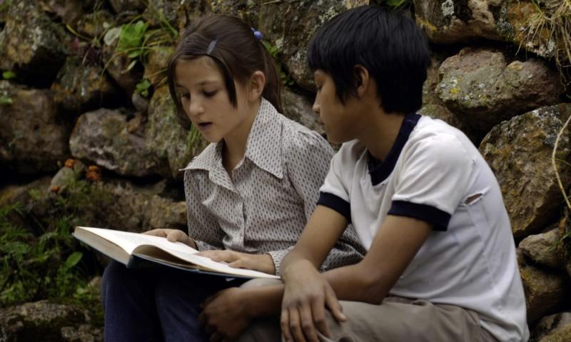 En el nombre de la hija, Eva Mayu Mecham Benavides in una scena del film insieme al piccolo Paúl Curillo
