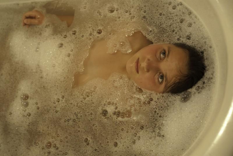 En el nombre de la hija, Eva Mayu Mecham Benavides si rilassa con un bagno di schiuma in una scena del film