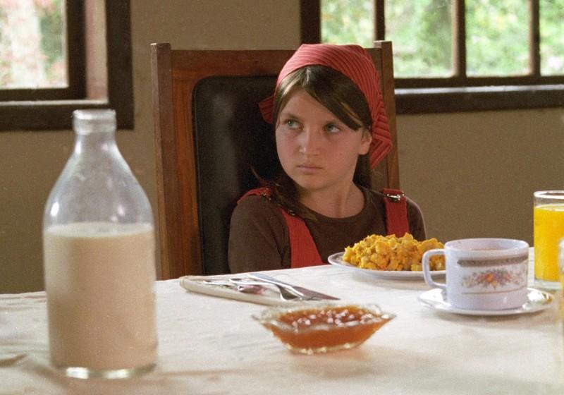 Eva Mayu Mecham Benavides durante la colazione in una scena del film En el nombre de la hija