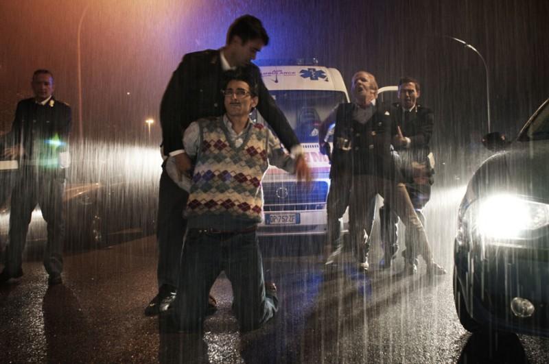 Francesco Mandelli e Fabrizio Biggio sotto la pioggia in una scena de I soliti idioti
