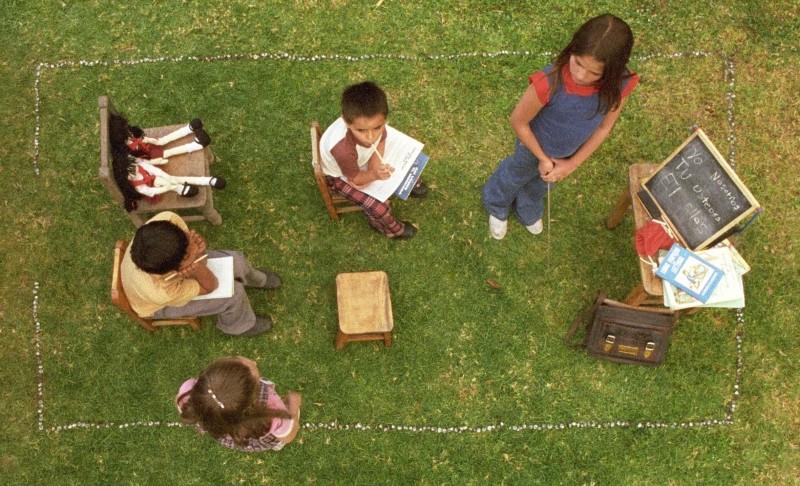 I giovani protagonisti a scuola in una scena del film En el nombre de la hija
