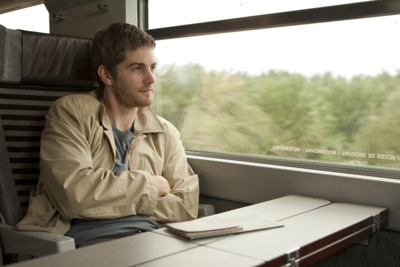 Jim Sturgess in treno in una scena del dramma sentimentale One Day