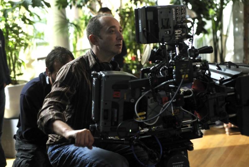 Jonathan Newman, regista del film Foster, sul set del film