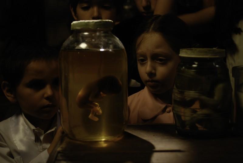 Markus Mecham Benavides e Martina León in una scena del film En el nombre de la hija