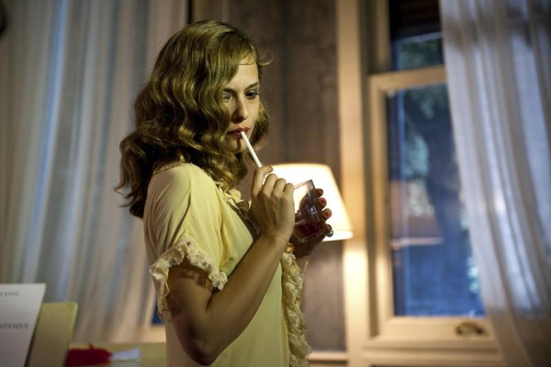 Valeria Bilello in una scena de I soliti idioti