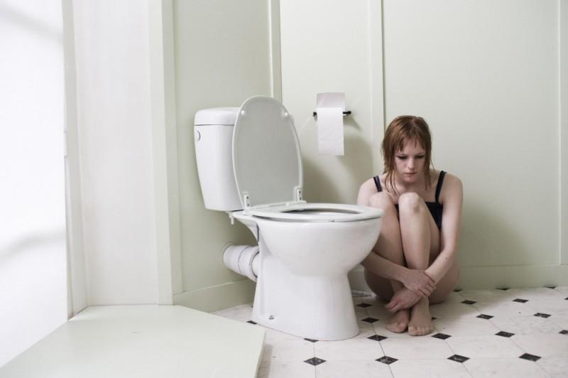 Julie-Marie Parmentier in bagno pensierosa e triste in una scena di No et moi