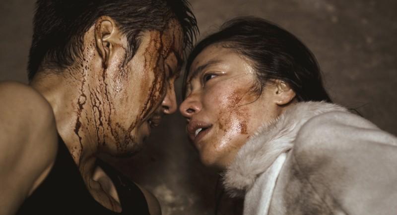 Poongsan: Yoon Kye Sang e Kim Gyu-ri in un momento d'amore del film