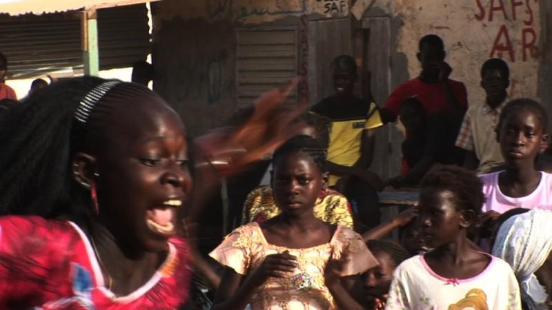 African Women: in viaggio per il Nobel della pace, un'immagine di danza del documentario sul Senegal di Stefano Scialotti