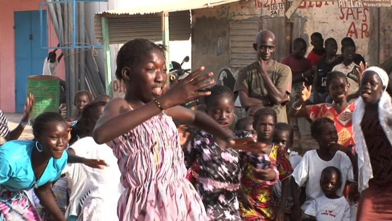 African Women: in viaggio per il Nobel della pace, una scena del road-documentary girato in Senegal