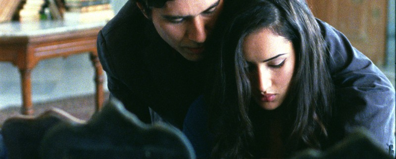 Circumstance: Reza Safai e Sarah Kazemy in una scena del film
