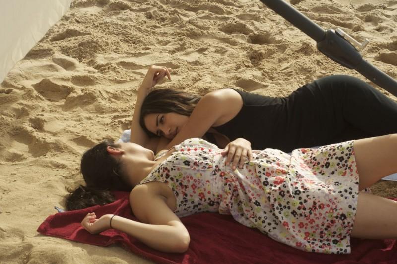Circumstance: un'immagine delle due protagoniste del film Nikohl Boosheri e Sarah Kazemy al mare